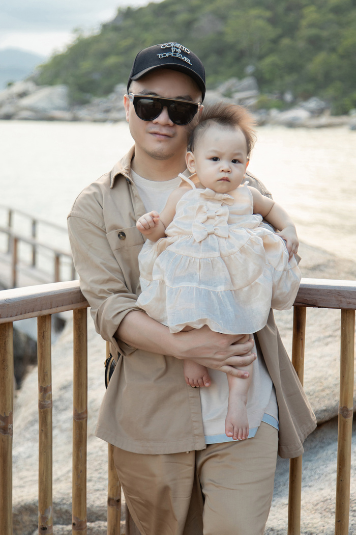 Gia đình NTK Đỗ Mạnh Cường ăn diện đồng điệu, tổ chức sinh nhật cho con gái trên bãi biển Ảnh 4