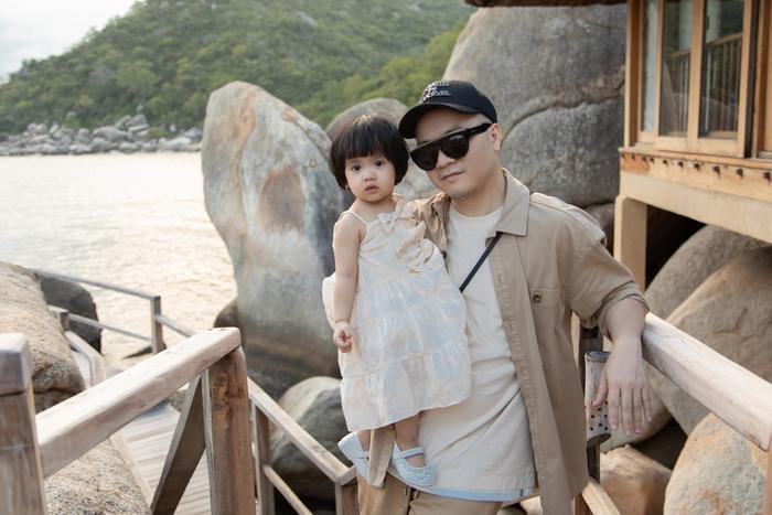 Gia đình NTK Đỗ Mạnh Cường ăn diện đồng điệu, tổ chức sinh nhật cho con gái trên bãi biển Ảnh 6