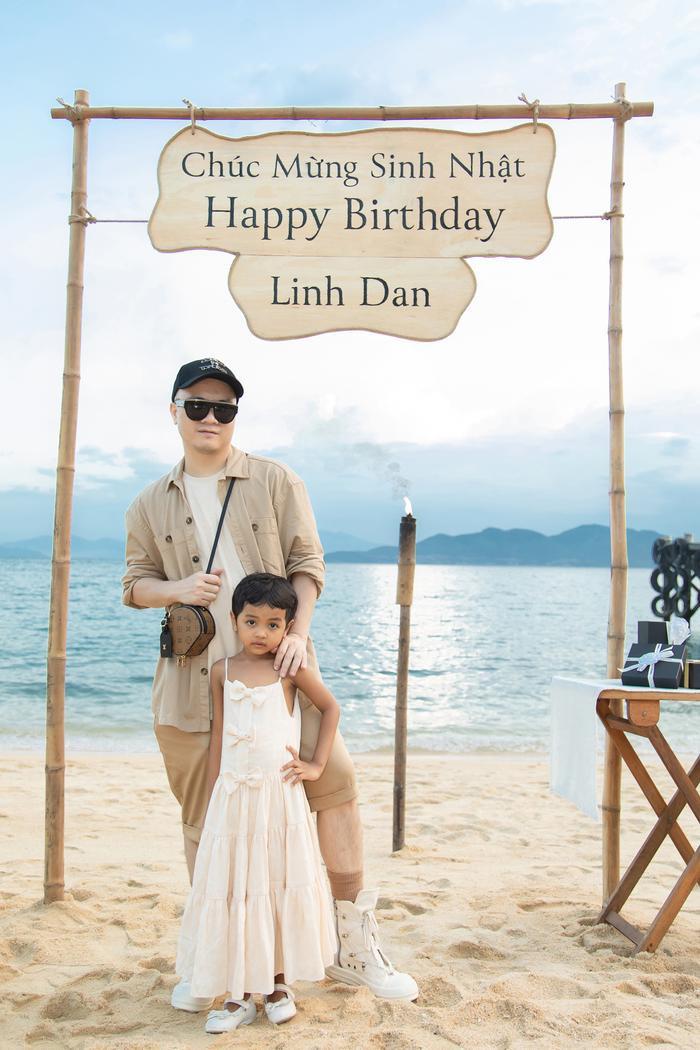 Gia đình NTK Đỗ Mạnh Cường ăn diện đồng điệu, tổ chức sinh nhật cho con gái trên bãi biển Ảnh 10