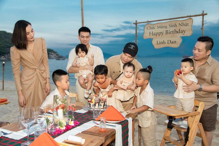 Gia đình NTK Đỗ Mạnh Cường ăn diện đồng điệu, tổ chức sinh nhật cho con gái trên bãi biển Ảnh 9