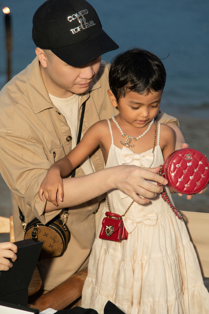 Gia đình NTK Đỗ Mạnh Cường ăn diện đồng điệu, tổ chức sinh nhật cho con gái trên bãi biển Ảnh 11