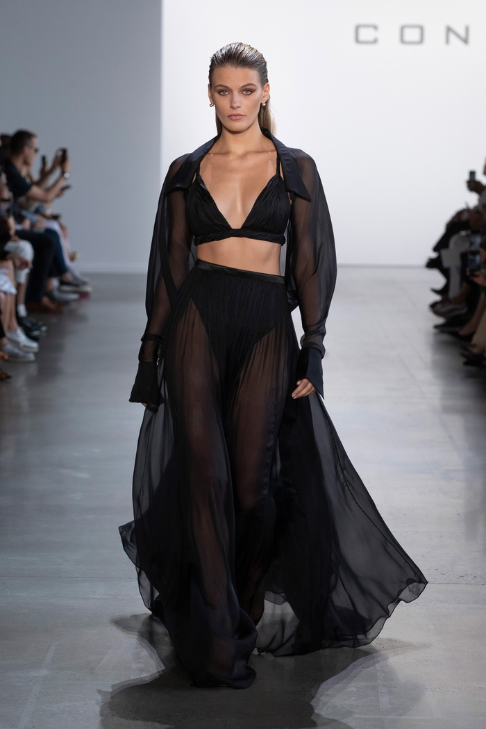 Jennifer Lopez diện váy Công Trí, khoe vòng 1 gợi cảm khiến triệu fan thả tim không ngớt Ảnh 5