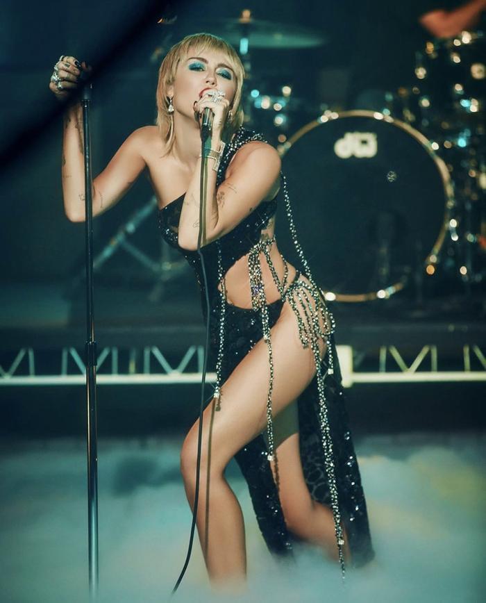 Jennifer Lopez diện váy Công Trí, khoe vòng 1 gợi cảm khiến triệu fan thả tim không ngớt Ảnh 11
