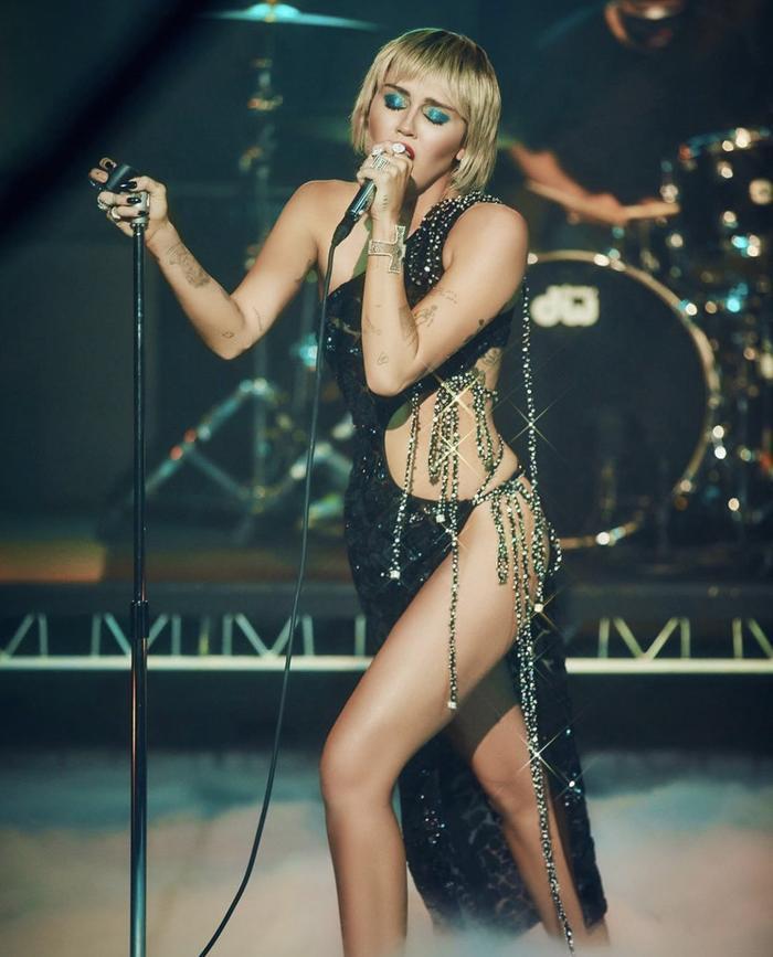 Jennifer Lopez diện váy Công Trí, khoe vòng 1 gợi cảm khiến triệu fan thả tim không ngớt Ảnh 12