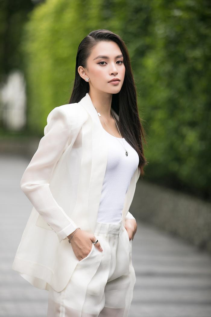 Hoa hậu Tiểu Vy diện vest xuyên thấu, nửa kín nửa hở khiến fan xiêu lòng Ảnh 2
