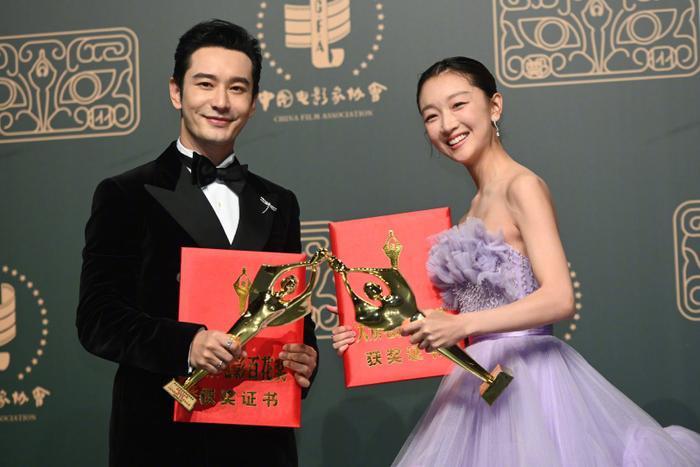 'Bách Hoa 2020': Dịch Dương Thiên Tỉ và Châu Đông Vũ thắng giải lớn với 'Em của niên thiếu' Ảnh 13