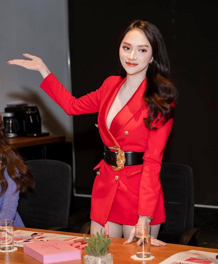 Những bộ vest gợi cảm theo cấp số nhân của Hương Giang, đẳng cấp hoa hậu số 1 Vbiz! Ảnh 10