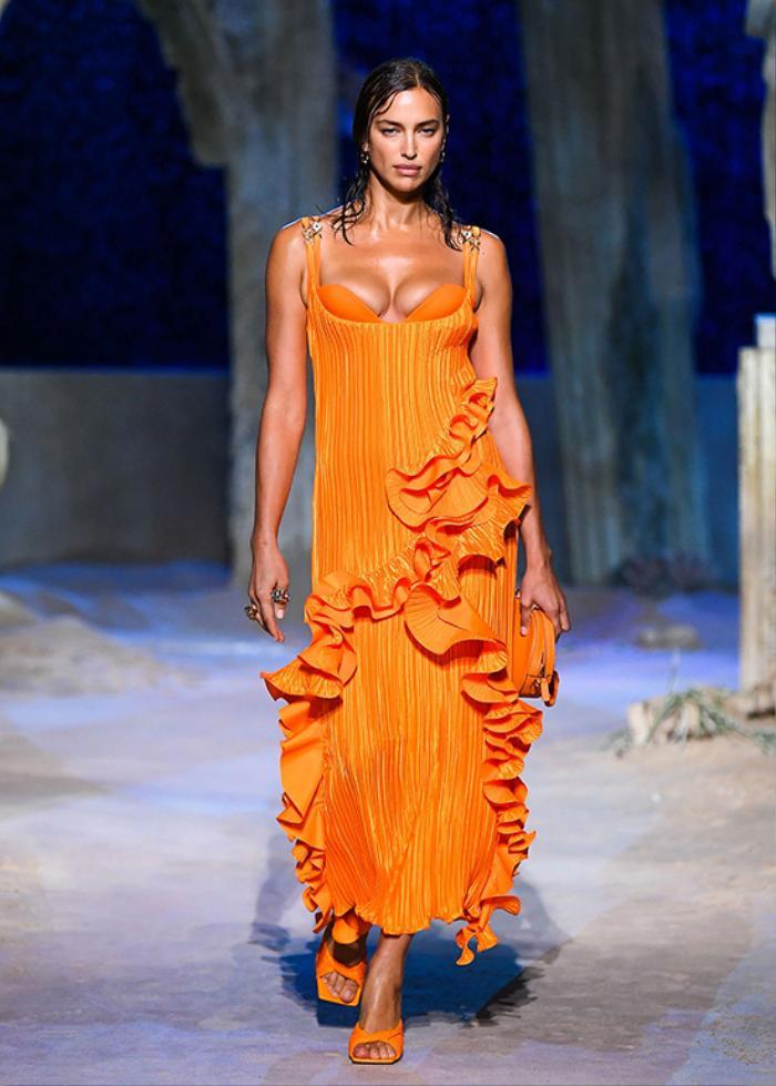 Loạt người mẫu 'quá khổ' sải bước đầy tự tin tại show Versace Xuân/Hè 2021 Ảnh 5