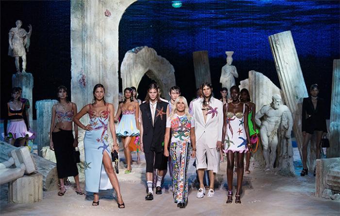 Loạt người mẫu 'quá khổ' sải bước đầy tự tin tại show Versace Xuân/Hè 2021 Ảnh 10