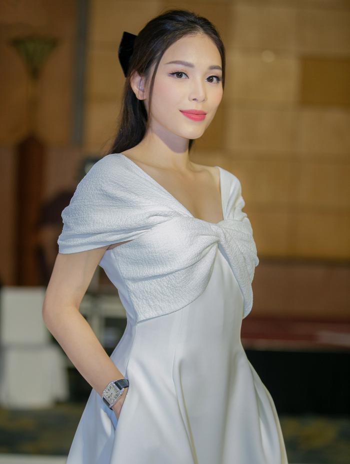 Linh Rin đẹp dịu dàng như nàng thơ, tình tứ e ấp bên Phillip Nguyễn Ảnh 2