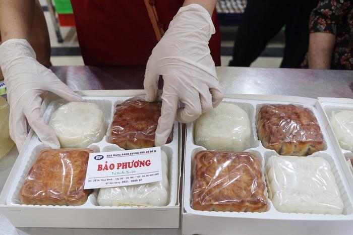 Sức hút khủng khiếp từ tiệm bánh trung thu hot nhất Hà Nội: Khách thưởng thức thoải mái nhưng mua phải xếp hàng cả tiếng, cửa hàng liên tục treo biển 'hết bánh' Ảnh 5
