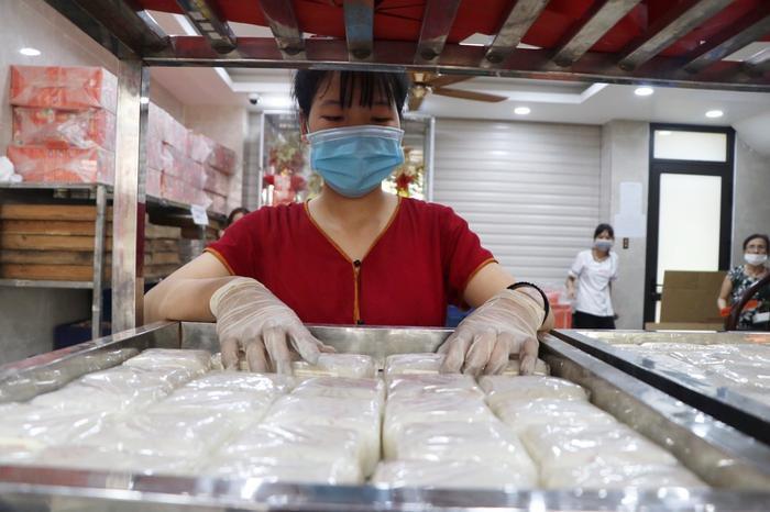 Sức hút khủng khiếp từ tiệm bánh trung thu hot nhất Hà Nội: Khách thưởng thức thoải mái nhưng mua phải xếp hàng cả tiếng, cửa hàng liên tục treo biển 'hết bánh' Ảnh 4