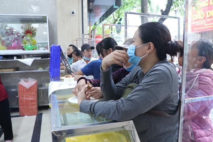 Sức hút khủng khiếp từ tiệm bánh trung thu hot nhất Hà Nội: Khách thưởng thức thoải mái nhưng mua phải xếp hàng cả tiếng, cửa hàng liên tục treo biển 'hết bánh' Ảnh 10