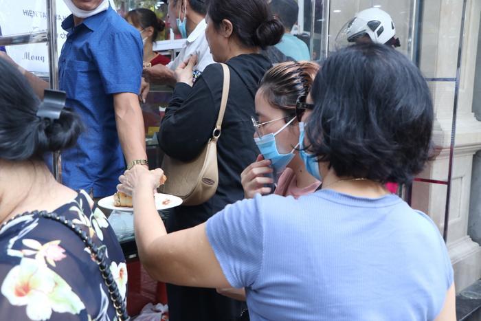 Sức hút khủng khiếp từ tiệm bánh trung thu hot nhất Hà Nội: Khách thưởng thức thoải mái nhưng mua phải xếp hàng cả tiếng, cửa hàng liên tục treo biển 'hết bánh' Ảnh 11
