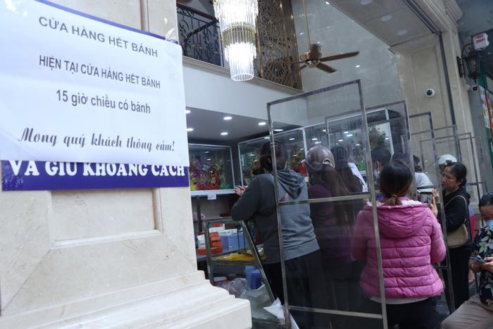 Sức hút khủng khiếp từ tiệm bánh trung thu hot nhất Hà Nội: Khách thưởng thức thoải mái nhưng mua phải xếp hàng cả tiếng, cửa hàng liên tục treo biển 'hết bánh' Ảnh 7