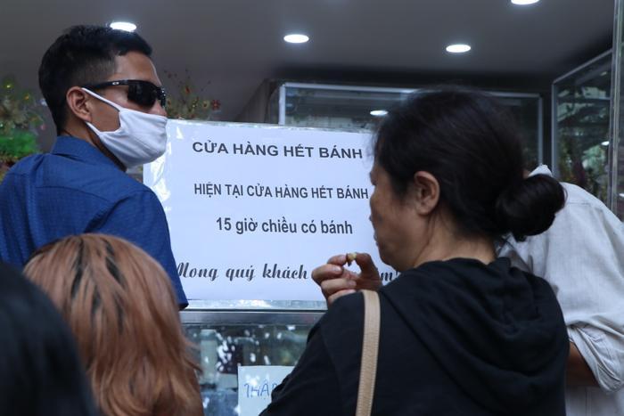 Sức hút khủng khiếp từ tiệm bánh trung thu hot nhất Hà Nội: Khách thưởng thức thoải mái nhưng mua phải xếp hàng cả tiếng, cửa hàng liên tục treo biển 'hết bánh' Ảnh 8