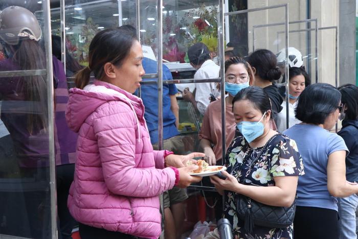 Sức hút khủng khiếp từ tiệm bánh trung thu hot nhất Hà Nội: Khách thưởng thức thoải mái nhưng mua phải xếp hàng cả tiếng, cửa hàng liên tục treo biển 'hết bánh' Ảnh 12