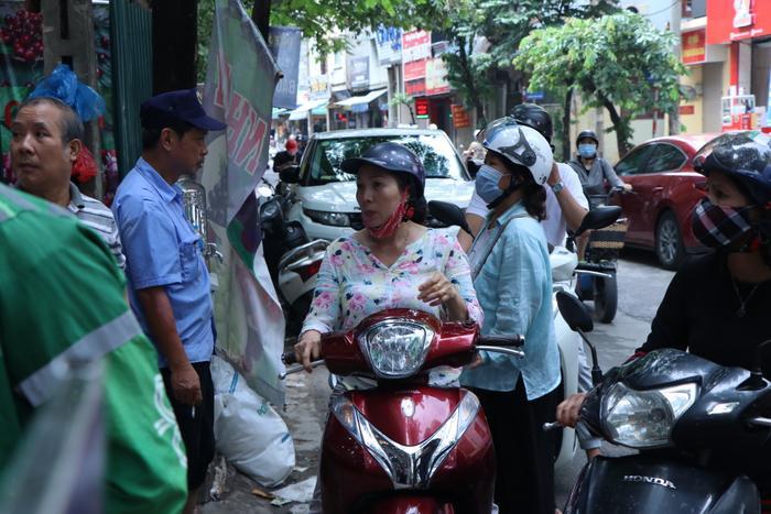 Sức hút khủng khiếp từ tiệm bánh trung thu hot nhất Hà Nội: Khách thưởng thức thoải mái nhưng mua phải xếp hàng cả tiếng, cửa hàng liên tục treo biển 'hết bánh' Ảnh 20