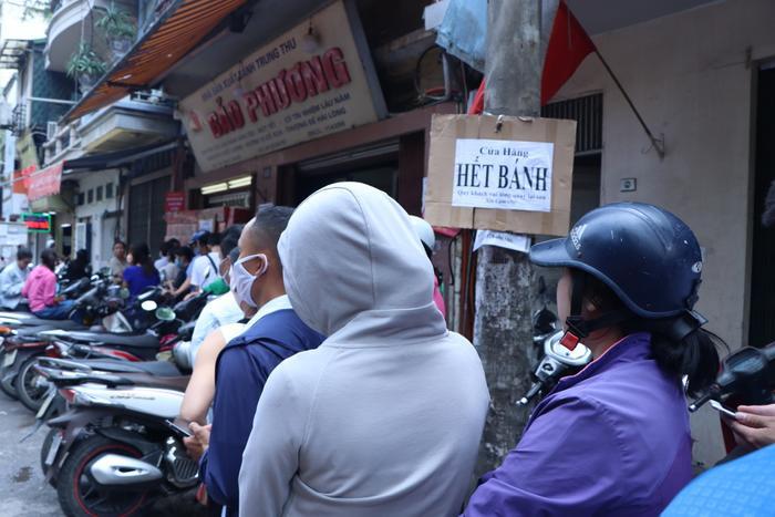 Sức hút khủng khiếp từ tiệm bánh trung thu hot nhất Hà Nội: Khách thưởng thức thoải mái nhưng mua phải xếp hàng cả tiếng, cửa hàng liên tục treo biển 'hết bánh' Ảnh 19