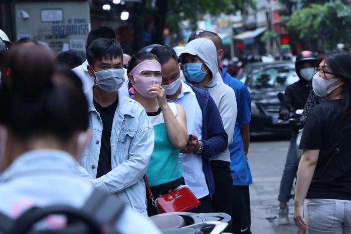 Sức hút khủng khiếp từ tiệm bánh trung thu hot nhất Hà Nội: Khách thưởng thức thoải mái nhưng mua phải xếp hàng cả tiếng, cửa hàng liên tục treo biển 'hết bánh' Ảnh 14