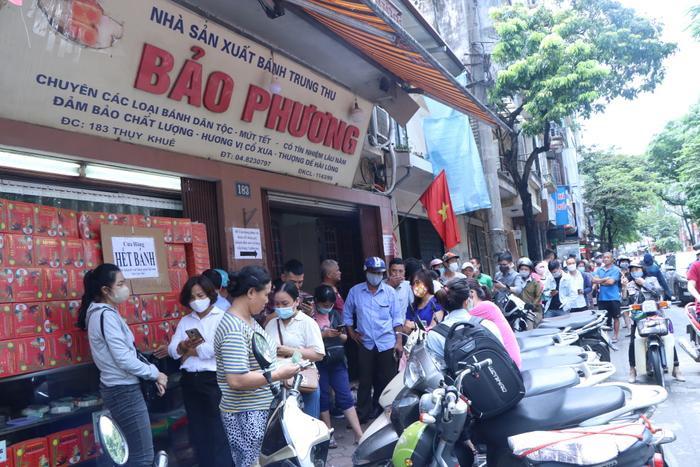 Sức hút khủng khiếp từ tiệm bánh trung thu hot nhất Hà Nội: Khách thưởng thức thoải mái nhưng mua phải xếp hàng cả tiếng, cửa hàng liên tục treo biển 'hết bánh' Ảnh 13