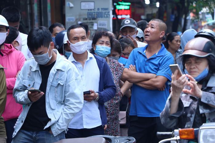 Sức hút khủng khiếp từ tiệm bánh trung thu hot nhất Hà Nội: Khách thưởng thức thoải mái nhưng mua phải xếp hàng cả tiếng, cửa hàng liên tục treo biển 'hết bánh' Ảnh 17