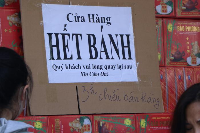 Sức hút khủng khiếp từ tiệm bánh trung thu hot nhất Hà Nội: Khách thưởng thức thoải mái nhưng mua phải xếp hàng cả tiếng, cửa hàng liên tục treo biển 'hết bánh' Ảnh 18