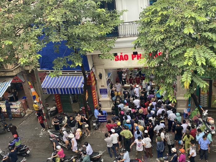 Sức hút khủng khiếp từ tiệm bánh trung thu hot nhất Hà Nội: Khách thưởng thức thoải mái nhưng mua phải xếp hàng cả tiếng, cửa hàng liên tục treo biển 'hết bánh' Ảnh 1