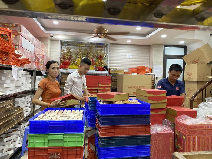 Sức hút khủng khiếp từ tiệm bánh trung thu hot nhất Hà Nội: Khách thưởng thức thoải mái nhưng mua phải xếp hàng cả tiếng, cửa hàng liên tục treo biển 'hết bánh' Ảnh 3