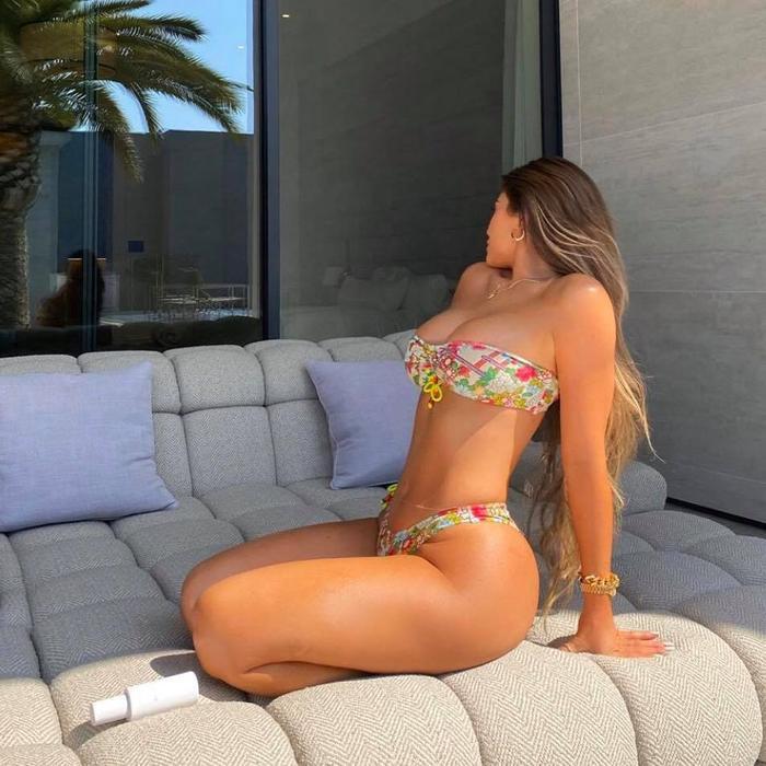 Kylie Jenner mặc bikini phơi nắng, fan tò mò vì vòng 1 ngày càng to 'bất thường' Ảnh 3