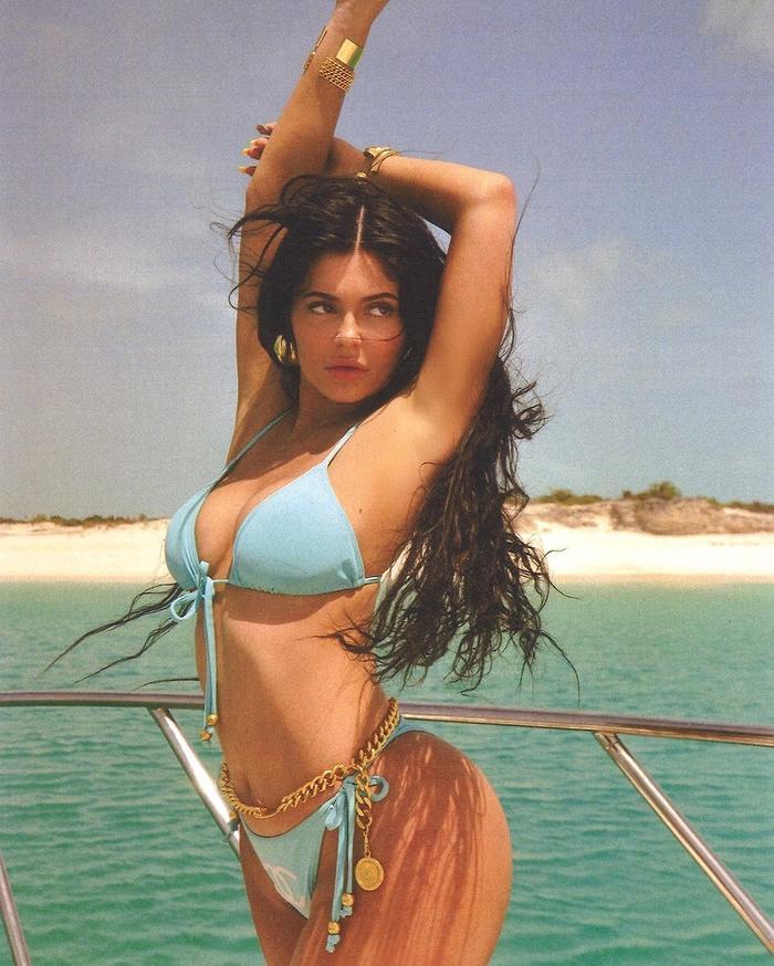 Kylie Jenner mặc bikini phơi nắng, fan tò mò vì vòng 1 ngày càng to 'bất thường' Ảnh 5