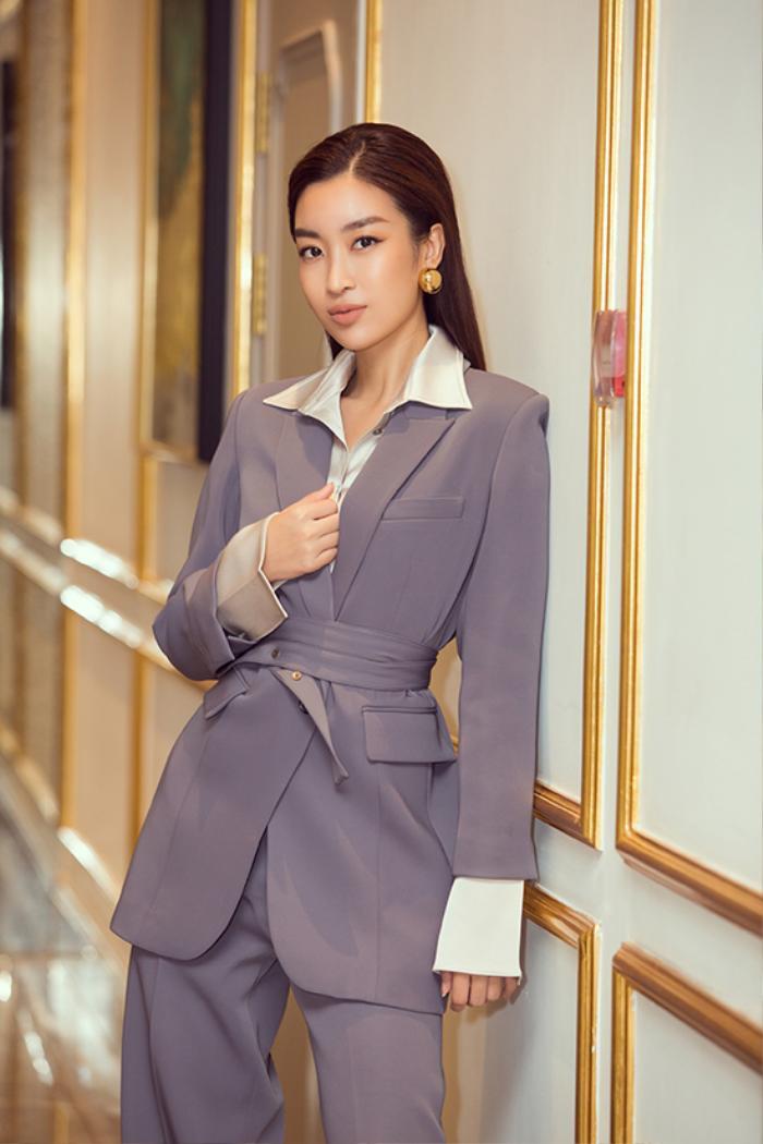 Chẳng cần váy áo điệu đà, Đỗ Mỹ Linh 'chặt đẹp' dàn mỹ nhân với style nữ quyền Ảnh 3