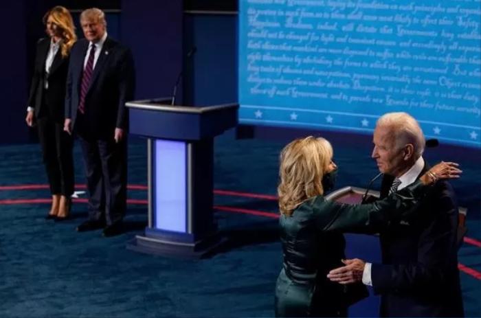 Bà Trump 'lạnh lùng', vợ ông Biden âu yếm ôm chồng sau buổi so găng đầu tiên Ảnh 1