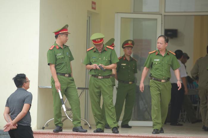 Hàng trăm người dân Bắc Ninh kéo đến xem xét xử chủ quán nướng bắt khách quỳ xin lỗi vì dám 'bóc phốt' đồ ăn có sán Ảnh 1