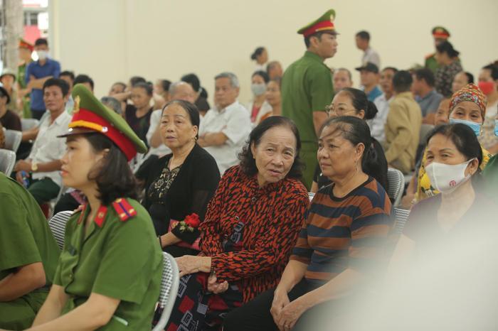 Hàng trăm người dân Bắc Ninh kéo đến xem xét xử chủ quán nướng bắt khách quỳ xin lỗi vì dám 'bóc phốt' đồ ăn có sán Ảnh 4