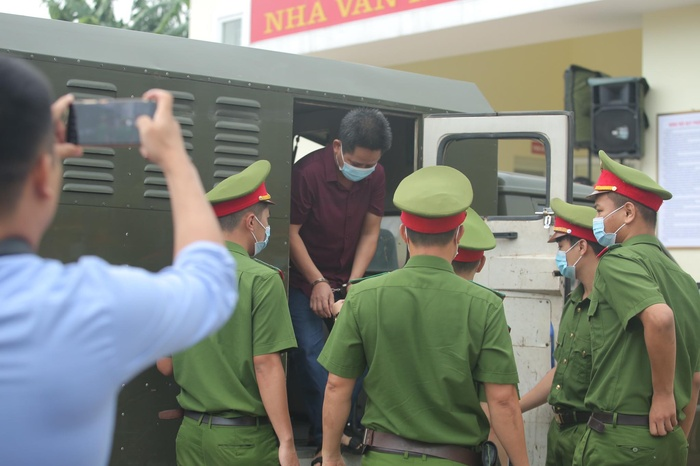 Hàng trăm người dân Bắc Ninh kéo đến xem xét xử chủ quán nướng bắt khách quỳ xin lỗi vì dám 'bóc phốt' đồ ăn có sán Ảnh 7