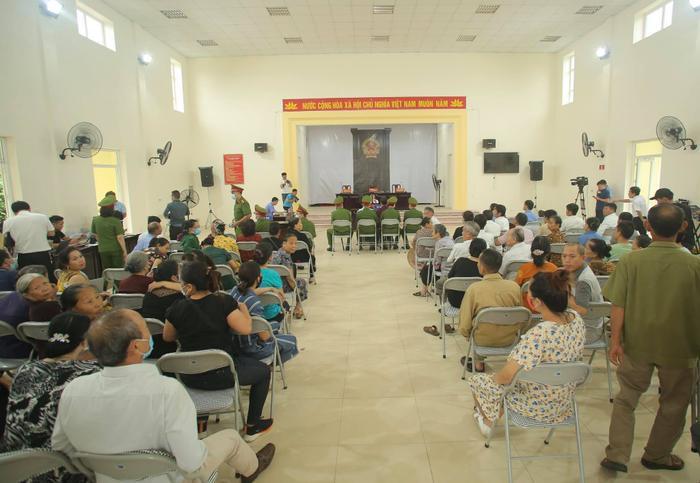 Hàng trăm người dân Bắc Ninh kéo đến xem xét xử chủ quán nướng bắt khách quỳ xin lỗi vì dám 'bóc phốt' đồ ăn có sán Ảnh 2