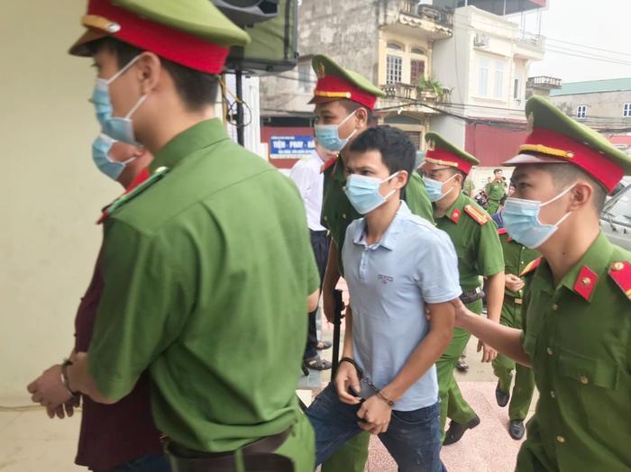 Hàng trăm người dân Bắc Ninh kéo đến xem xét xử chủ quán nướng bắt khách quỳ xin lỗi vì dám 'bóc phốt' đồ ăn có sán Ảnh 9