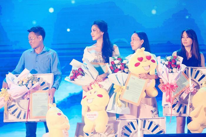Á hậu Kim Duyên trao tặng 30 xe đạp cho trẻ em nghèo Cần Thơ nhân dịp Trung thu Ảnh 2