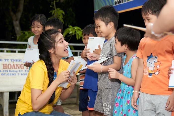 Á hậu Kim Duyên trao tặng 30 xe đạp cho trẻ em nghèo Cần Thơ nhân dịp Trung thu Ảnh 5