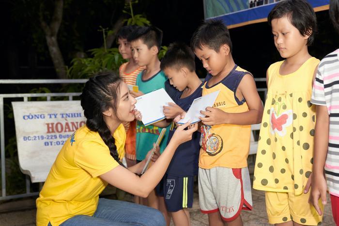 Á hậu Kim Duyên trao tặng 30 xe đạp cho trẻ em nghèo Cần Thơ nhân dịp Trung thu Ảnh 4