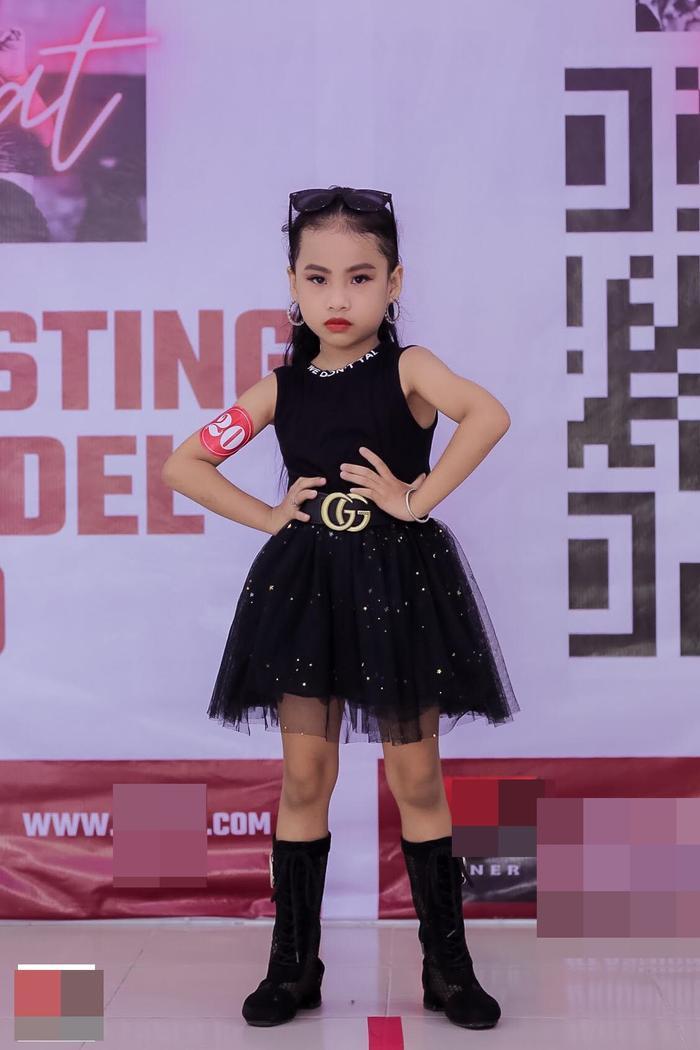 Mẫu nhí diện quần xẻ, thả dáng catwalk cực yêu casting show thời trang Ảnh 7