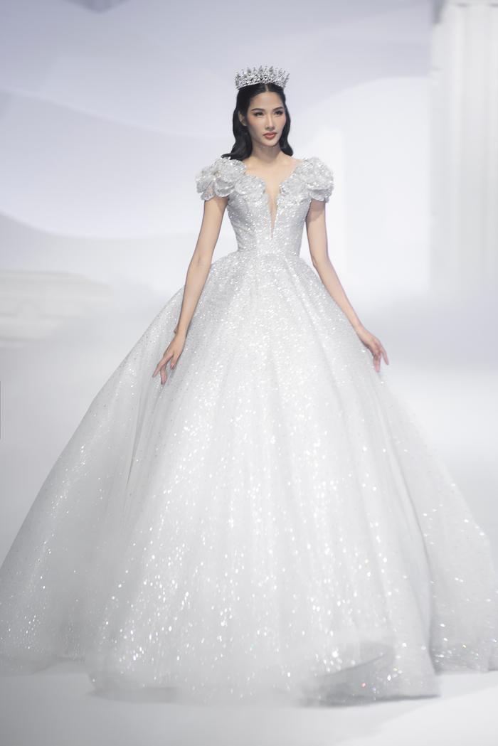 Hoàng Thuỳ, Minh Tú diện váy cưới quá sức lộng lẫy khiến fan tê liệt Ảnh 1