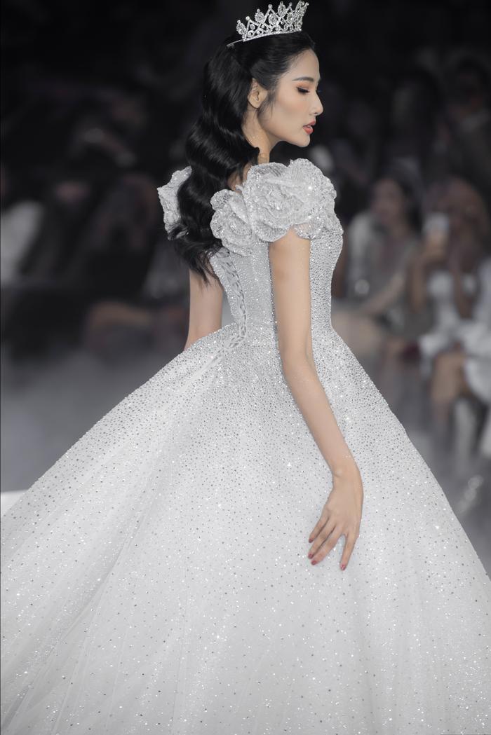 Hoàng Thuỳ, Minh Tú diện váy cưới quá sức lộng lẫy khiến fan tê liệt Ảnh 2