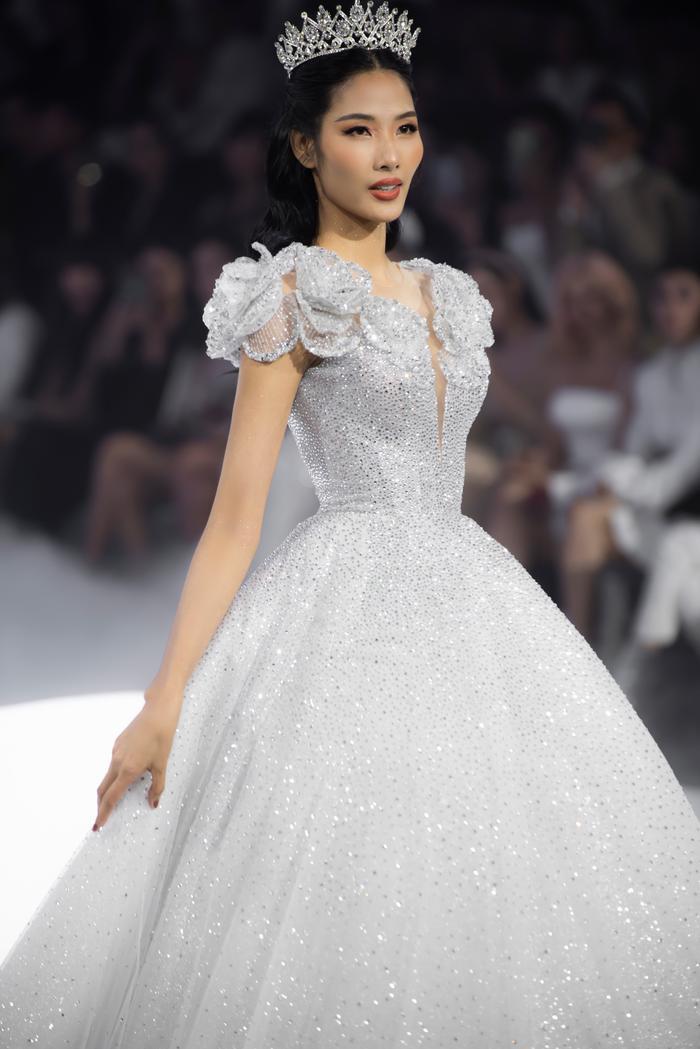 Hoàng Thuỳ, Minh Tú diện váy cưới quá sức lộng lẫy khiến fan tê liệt Ảnh 3