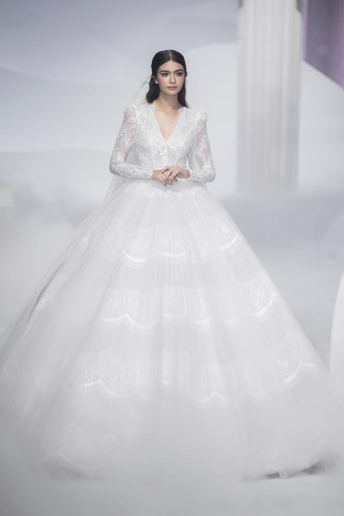 Hoàng Thuỳ, Minh Tú diện váy cưới quá sức lộng lẫy khiến fan tê liệt Ảnh 9