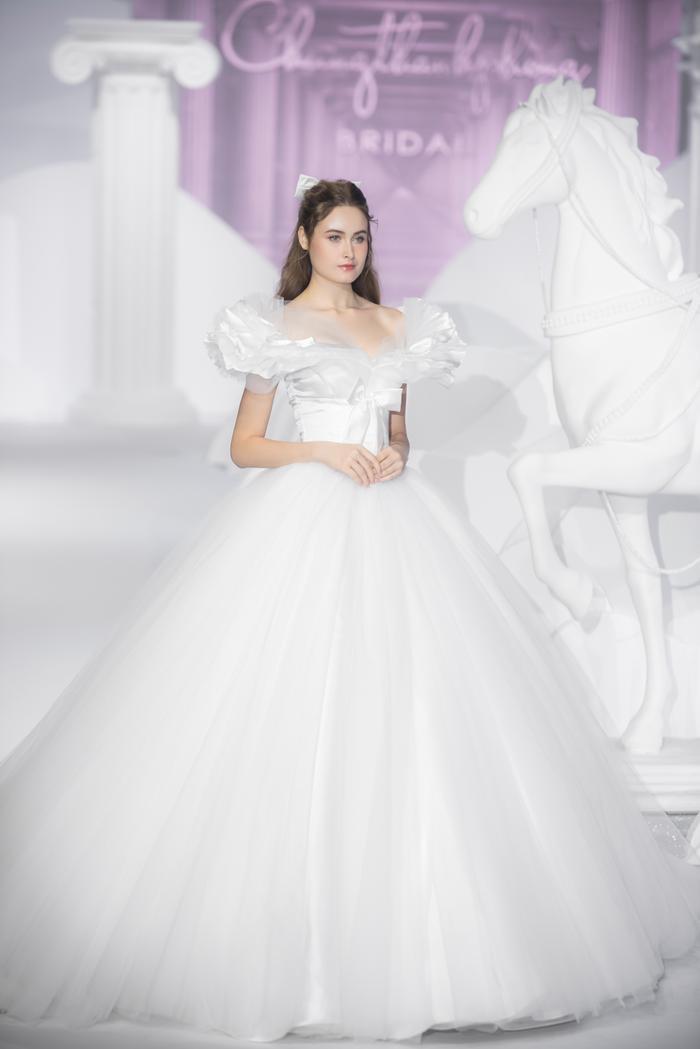 Hoàng Thuỳ, Minh Tú diện váy cưới quá sức lộng lẫy khiến fan tê liệt Ảnh 11