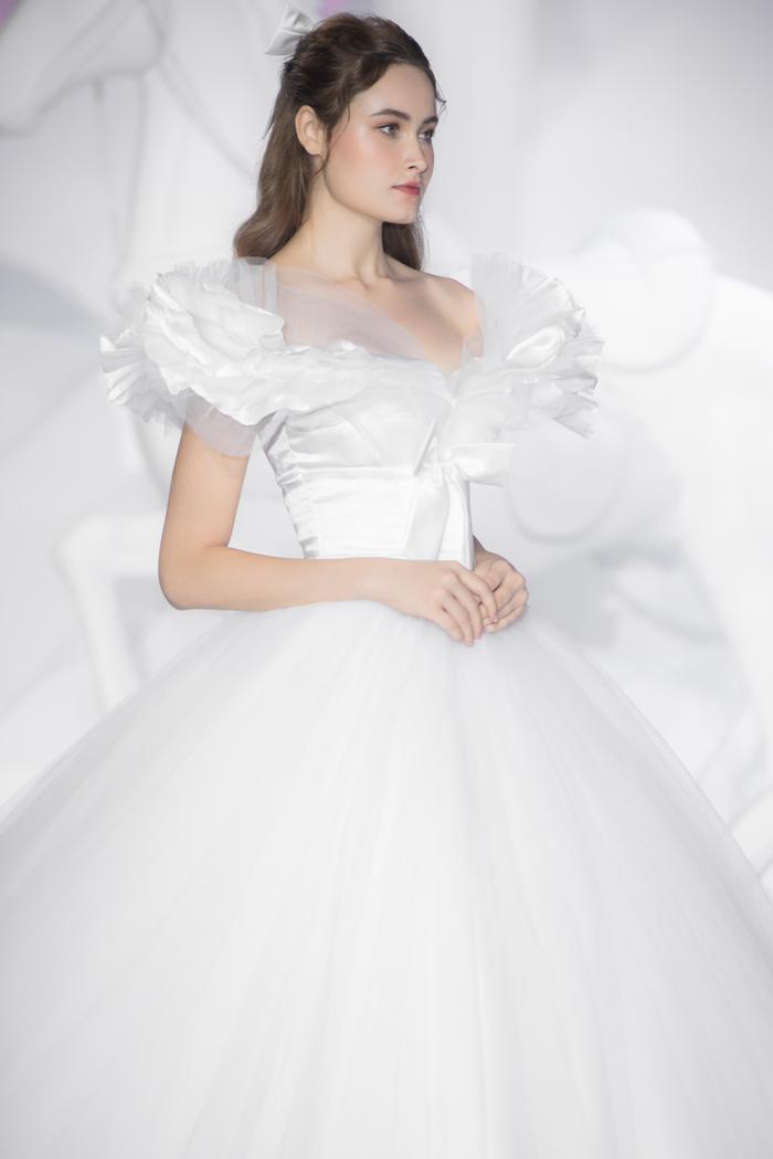 Hoàng Thuỳ, Minh Tú diện váy cưới quá sức lộng lẫy khiến fan tê liệt Ảnh 12
