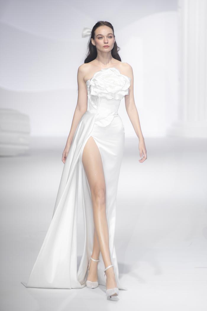 Hoàng Thuỳ, Minh Tú diện váy cưới quá sức lộng lẫy khiến fan tê liệt Ảnh 15