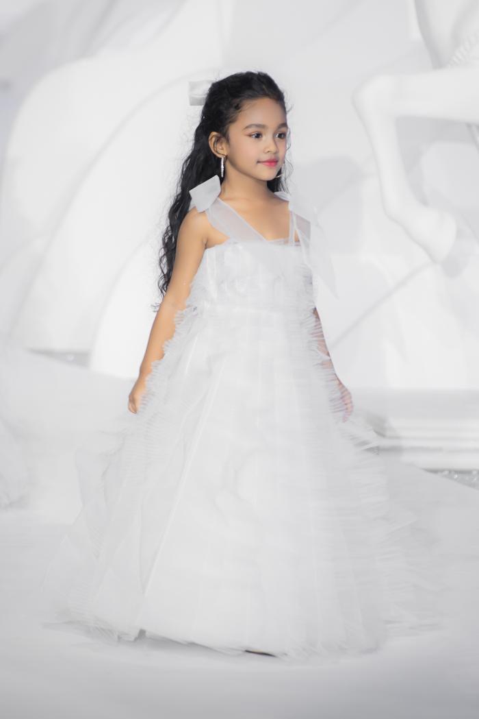 Hoàng Thuỳ, Minh Tú diện váy cưới quá sức lộng lẫy khiến fan tê liệt Ảnh 18